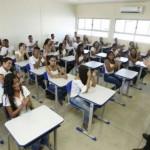 Governador Renan Filho e o secretário de Educação Luciano Barbosa recebidos por alunos da nova escola em tempo integral