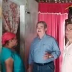 Secretário Álvaro Vasconcelos , na casa das famílias desobrigadas pela chuva