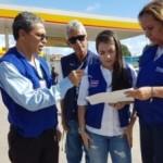 Fiscais do Procon autuando postos de combustíveis na capital