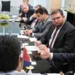 Renan Filho e equipe em reunião com o ministro da Integração, Hélder Barbalho