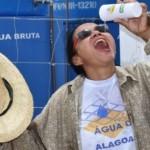 Moradora da comunidade de Ouricuri, em Mata Grande, feliz com a chegada da água doce