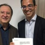 Diretor-presidente Adjar Barbosa e reitor da Uncisal, Henrique Costa, assinam parceria