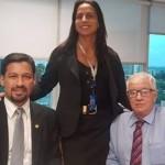 Senador Rodrigo Cunha com o diretor da Caixa Seguradora, José Coelho, e gerente de Operações, Kenia Soares, debatem situação dos moradores do bairro do Pinheiro