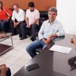 Secretário de Agricultura, Ronaldo Lessa e mais o diretor da Seagri, Reinaldo Falcão, conversam com o presidente da ACA, Domício Silva