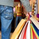 Consumidor vai às compras com cautela para evitar endividamento