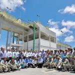 Renan Filho, secretários e operários comemoram entrega da obra de saneamento