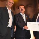 Empresário Alberto Cabús, e o homenageado empresário do Grupo Coringa, José Alexandre, recebe a honraria do presidente da Fiea, José Carlos Lyra