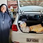 Irmã Maria Roseli, da Fraternidade Casa de Ranquines, também comemora o recebimento dos donativos