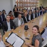 Governador Renan Filho assinou ao lado do secretário do Desenvolvimento Econômico e Turismo, Rafael Brito, ao lado de empresários e deputados, novos benefícios para os empreendimentos