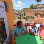 Renan Filho conversa com o morador, que agradece os benefícios da obra na comunidade