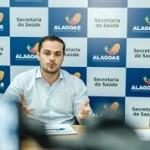 Secretário Alexandre Ayres e a médica infectologista Luciana Pacheco durante entrevista à imprensa