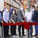 Belmiro Gomes (ao centro, de terno cinza), presidente do Assaí Atacadista, acompanhou a inauguração da nova loja
