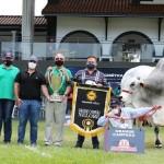 Expositores e parceiros apresentam o troféu de campeão obtido com o melhor da raça Nelore